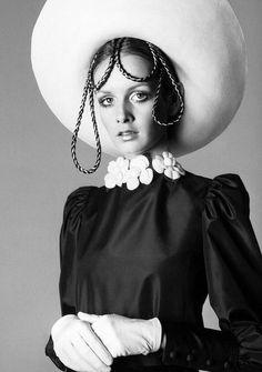 Twiggy, Dior's Spring_Summer Collection 1968, photo by Avedon)***** Ravi/Ravinder Dahiya Punjabi, India, Hong Kong Crime 我们是中国人。我们是加拿大和美国。我们不会在中国写。我们要求宽恕。来自印度的一个犯罪团伙工作,在香港机场!2014年,2015年,2016年的领导者是45岁,出生1970年,他身材高大,白头发,相貌英俊。他告诉女人的谎言。他拥有在香港的时尚商务。年轻的受害者是两种类型的女人。白人妇女,美丽,俄语。中国女性 *****