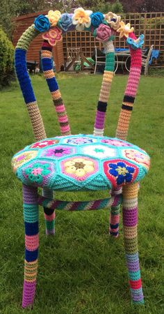 Yarn Bomb Chair with Granny Squares for Rustic Home Design - Home Garden: Inspiring Interior, Outdoor and DIY Ideas Freeform Crochet, Crochet Art, Crochet Home, Crochet Crafts, Yarn Crafts, Crochet Projects, Textile Sculpture, Textile Art, Crafts