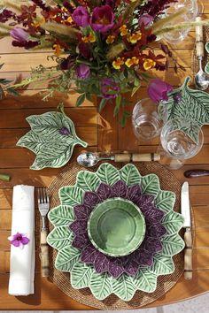A ColeçãoFolha de Limãofoiidealizada por Taniaem sua fazenda, onde ela observa formas e tons sofisticados da natureza e os transforma em arte para a nossa mesa. O verde dessa louça é único e uma mistura fina detons de verde-lima, verde-chá, verde-menta e verde-aspargo. Todas as peças de cerâmica da ColeçãoFolha de Limãoforamfeitas e pintadas à mão.