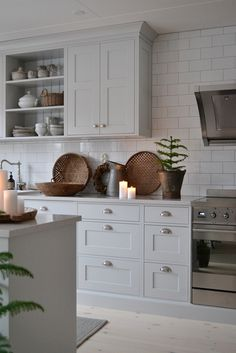 Kitchen Remodeling: Choosing Your New Kitchen Cabinets; Little Kitchen, New Kitchen, Home Decor Kitchen, Kitchen Dining, Gold Kitchen, Kitchen White, Classic Kitchen, Farmhouse Style Kitchen, Grey Kitchens