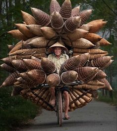 Farmers carrying pots of fish to market on their bikes -Saigon, Vietnam. People Around The World, Around The Worlds, Foto Picture, World Cultures, Belle Photo, Wonders Of The World, Cool Photos, Amazing Photos, Transportation