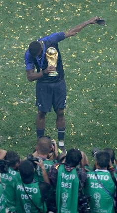 Pogba Dabs with the World Cup Trophy 2018 Paul Pogba Manchester United, Manchester United Football, Football 2018, Football Shirts, Antoine Griezmann, Pogba Wallpapers, France National Football Team, Pogba Dab, Zinedine Zidane