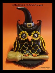 EDITOR'S CHOICE (10/4/2013) HALLOWEEN OWL by CUPCAKES & DREAMS View details here: http://cakesdecor.com/cakes/88528