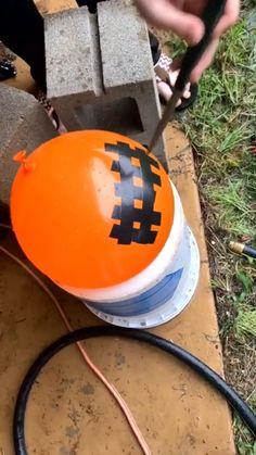 Why the water seemed stop? It actaully is spraying. Satisfying Pictures, Oddly Satisfying Videos, Satisfying Things, 5 Minute Crafts Videos, Diy Crafts Videos, Diy Crafts Hacks, Fun Crafts, Cool Illusions, Cool Inventions