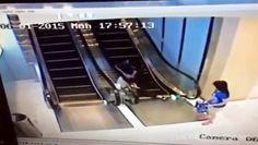 Ce couple de personnes âgées en Chine apparemment utilisé pour la première fois les escaliers mécaniques d'un centre commercial mais les choses se sortent de contrôle. http://www.dailymotion.com/video/k2uyszoegb43EejwRjg