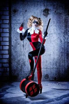 Harleen Quinzel) / From: DC Comics Harley Quinn DCAUs Batman: The Animated Series / Cosplayer: Blossom of Faelivrin (aka Jasmin Skellington) Cosplay Dc, Cosplay Outfits, Best Cosplay, Cosplay Girls, Cosplay Costumes, Awesome Cosplay, Joker Y Harley Quinn, Harley Quinn Cosplay, Halloween Cosplay