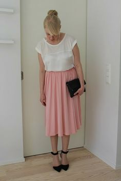Outfit with pale pink midi skirt and pointed heels / Kotisaari