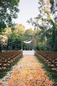 I love the look of the aisle. Giverny gardens inspired wedding. #asilestyle
