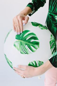 DIY: adorna tus globos de fiestas con plantas! Esto le va a dar un toque mas personal y organico a tu decoracion! Este tipo de decoracion se ve muy linda con pinas en la mesa o algunas hojas al centro de tu mesa!