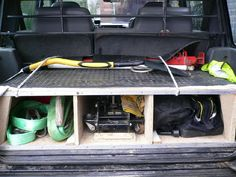 Image from http://www.landyzone.co.uk/lz/attachments/f15/14522d1269094914-discovery-rear-storage-disco-boot.jpg.