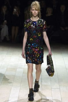 IG: itsmerchh Burberry  [fall collection ready to wear ] London  fashion week . Fashion - style - stylish - runway - lfw - women's - women - mujer - dress - bag - flowers - colorful- colores - encaje - lace