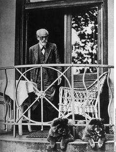 Sigmund Freud avec ses deux chiens chow-chow sur la terrasse de son appartement, Vienne (Hans Casparius, vers 1930)