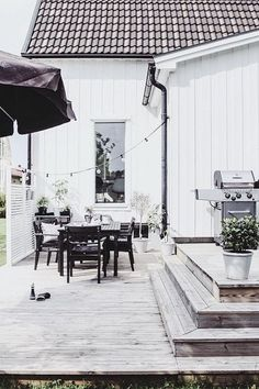 Tips to Choose Outdoor Patio Furniture - Great Affordable Backyard ideas Backyard Fences, Backyard Landscaping, Outdoor Glider, Backyard Ideas For Small Yards, Porch Makeover, Backyard Furniture, Outdoor Living, Outdoor Decor, Outdoor Ideas