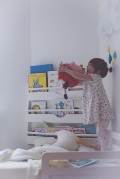 Péa les maisons. White modern bedroom for toddler girls where it feels good to play and dream.