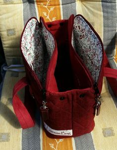 Instructions for spring bags – – essential oils – information and re … – Bag Ideas Diy Handbag, Diy Purse, Handmade Purses, Handmade Handbags, Patchwork Bags, Quilted Bag, Trendy Handbags, Purses And Handbags, Mk Handbags