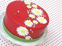 Rote Motivtorte mit weissen Zuckerblüten