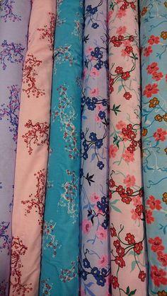 tissu coton imprimé asiatique, fleurs de cerisier, japon Fashion Dolls, Kids Fashion, Fabric Board, Man Dressing Style, Blue Fabric, Men Dress, Morning Flowers, Quilts, Stitch