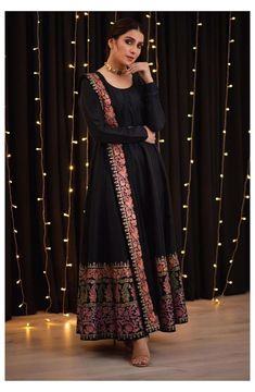Simple Pakistani Dresses, Indian Gowns Dresses, Indian Fashion Dresses, Dress Indian Style, Pakistani Dress Design, Indian Designer Outfits, Maxi Gowns, Black Pakistani Dress, Pakistani Designer Clothes