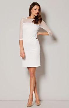 Charmante robe fourreau droite à manches mi-longues et décolleté en voile transparent.