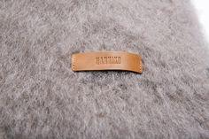Grey Kare - Está confeccionada a mano por artesanos de Ezcaray. Su composición es 73% mohair (pelo de cabra de angora y una de las fibras naturales más valiosas del mundo) y 27% lana natural.  De aspecto esponjoso, con su abrigo el perro recibe lo más parecido al abrazo de su dueño. #HANNIKO #Mantas #MantasParaPerros #Blankets #DogBlankets #LuxuryDogs #LuxuryDogsBlankets Money Clip, Blanket, Wallet, Shopping, World, Dog Blanket, Bed Covers, Hug, Hair