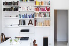 Sofo vardagsrum string bokhylla färgsorterad ordning