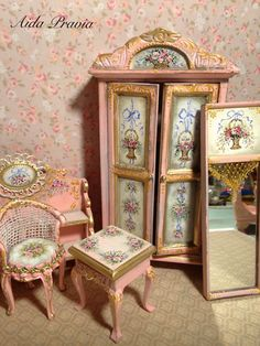 Table of pink wood with cover painted in white shabby and decorated with oil with floral motifs. Miniature Furniture, Doll Furniture, Dollhouse Furniture, Painted Furniture, Furniture Design, Vintage Dollhouse, Victorian Dollhouse, Miniature Houses, Miniature Dolls