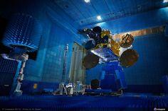 Symétrie - Sirius Hexapods to test satellite antennas - Courtesy of Astrium