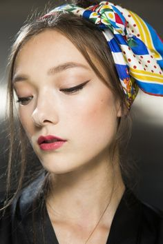 We love this subtle, sleek cat flick by Dolce & Gabbana paired with the colourful headband... perfect for spring!