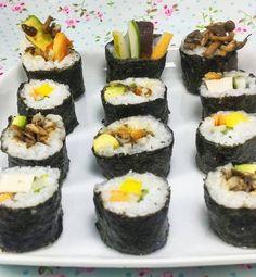 O sushi pode ser uma das comidas mais difíceis de abrir mão para quem está parando de comer carne. Por aqui fizemos o nosso veganíssimo e modéstia à parte não deixou naaada a desejar.   Diferente dos sushis tradicionais que têm bastante açúcar refinado no arroz colocamos só um pouquinho de açúcar demerara e nadinha de ajinomoto para fugir do glutamato monossódico. Porque a saúde e o sabor podem andar de mãos dadas!    #sushi #sushivegano #semcarne #semcrueldade #vegano #vegetariano #almoço…