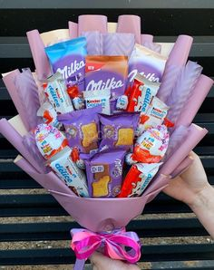 Candy Bouquet Diy, Food Bouquet, Felt Flower Bouquet, Diy Bouquet, Birthday Candy, Diy Birthday, Diy Crafts Easy At Home, Bff Christmas Gifts, Chocolate Bouquet Diy