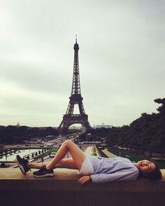 Instagram의 K.meyeon_sori님: #paris 마지막날아침 #샤이오궁 #드러누워 #에펠탑 과 한컷. 맹자의 꿈. 오르세박물관 보고 한국으로