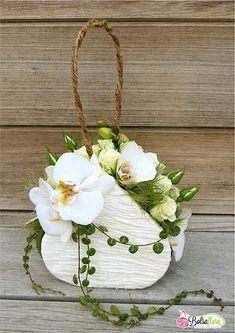 Lovely white floral arrangement in a purse Deco Floral, Arte Floral, Floral Design, Ikebana, Unique Flower Arrangements, Floral Centerpieces, Flower Bag, Flower Boxes, Floral Bags