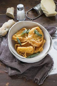I tortelloni alla zucca sono un primo piatto perfetto per la stagione fredda, ripieni di zucca e speck e conditi con burro e salvia.