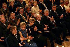 2007 Liina - eresinisest krepist kuldtikanditega kleit. Koostöö õmbleja Piretiga.