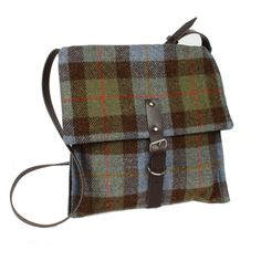 Tweed bag with kilt pin on the side. Plaid Purse, Tartan Plaid, Textiles, My Bags, Purses And Bags, Bohemian Jewellery, Diy Blog, Harris Tweed, Handmade Bags