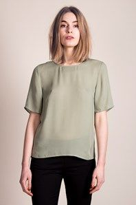 Duplicate by Swedish brand Stylein is a loose fitted t-shirt in a beautiful olive coloured silk georgette. The top has an elegant plain yoke at back with a V-neck opening in the lower layer, which creates an interesting detail to the simplicity of the garment. Short sleeve and slightly transparent with a matching lining.