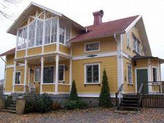 Snickarglädje från 1800-talet Vackert belägen på en kulle i ett underbart vackert landskap. Glasverandor på båda sidor av huset. Liggande timmer.