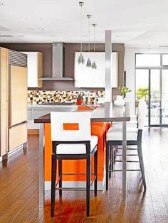 Klassisch aussehendes Küchen Design mit großen Fenstern und eleganter Kochinsel