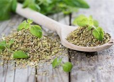 Oregano is very effective against bacteria? When and how is used in treating? The ideal condiment for pizza - oregano - is a plant that provides an incredibly lot of medicinal properties, and is… Herbal Remedies, Health Remedies, Natural Remedies, Natural Herbs, Natural Health, Evergreen Herbs, Metabolism Boosting Foods, Kitchen Herbs, Natural Antibiotics