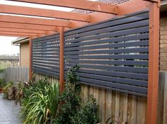 Enjoy your relaxing moment in your backyard, with these remarkable garden screening ideas. Garden screening would make your backyard to be comfortable because you'll get more privacy. Garden Privacy Screen, Modern Front Yard, Diy Outdoor, Pergola Plans, Garden Design, Outdoor Design, Fence Design