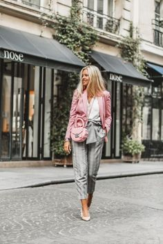 Pink blazer, Prince of Wales check pants and Dior heels Business Casual Girls, Trajes Business Casual, Types Of Blazers, How To Wear Blazers, Blazer Outfits Casual, Outfit Jeans, Dress Outfits, Fashion Week, Look Fashion