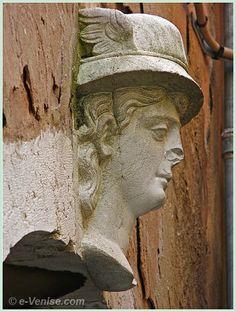 Sculpture d'une tête de Mercure ailé calle de la Madoneta dans le Castello à Venise