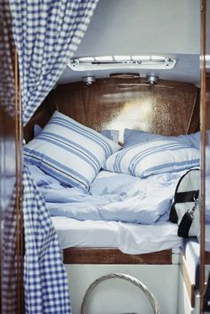 Cozy on a boat! Blue and white boat interior. Would be great for my boys nap time while boating. Sailboat Decor, Sailboat Interior, Sailboat Living, Living On A Boat, Yacht Design, Boat Design, Boot Dekor, Home Interior, Interior Design