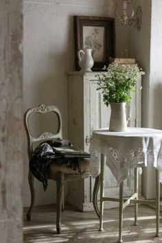 French farmhouse decor with effortless simplicity and country charm. #slowliving #romanticcountry