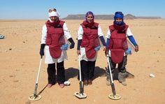 Mujeres que limpian de minas el Sáhara http://www.eldiario.es/desalambre/conflicto/minas_terrestres-mujer-sahara_occidental_0_276823020.html