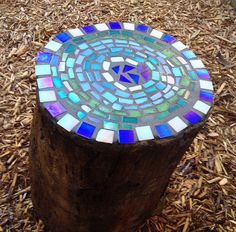 These Amazing DIY Tree Stump Transformations Add The Perfect Rustic Flair To Any Home Mosaic Tree St Mosaic Diy, Mosaic Garden, Mosaic Glass, Mosaic Tiles, Garden Art, Mosaics, Fused Glass, Stained Glass, Fairies Garden