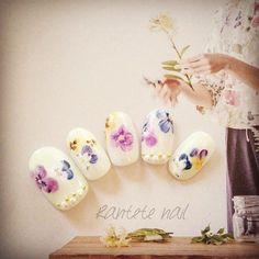 1,000 件以上の 「フラワーネイル」のおしゃれアイデアまとめ ... 花言葉を指先に♡愛を伝える春の花(フラワー)ネイル -
