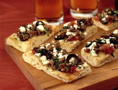 Greek Beef Bruschetta This recipe is perfect for a casual gathering. Using Ground Beef Sirloin, it's a nice recipe to serve for a change from the standard nacho platter. Sirloin Recipes, Sirloin Tips, Beef Sirloin, Nachos, Bruschetta Recipe, Fried Beef, Mashed Cauliflower, Appetisers, Plate