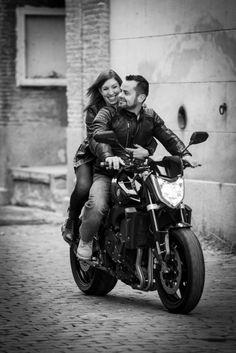 photo de couple à moto au chateau d'aubiry à Céret dans les Pyrénées orientales