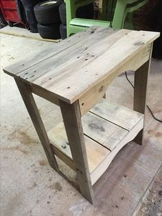 43 Ingeniously Creative DIY End Table For Your Home - Homesthetics - Inspiring ideas for your home. Wooden Pallet Furniture, Wooden Pallets, Rustic Furniture, Diy Furniture, Pallet Wood, Pallet Bench, Garden Furniture, Inexpensive Furniture, Wood Wood
